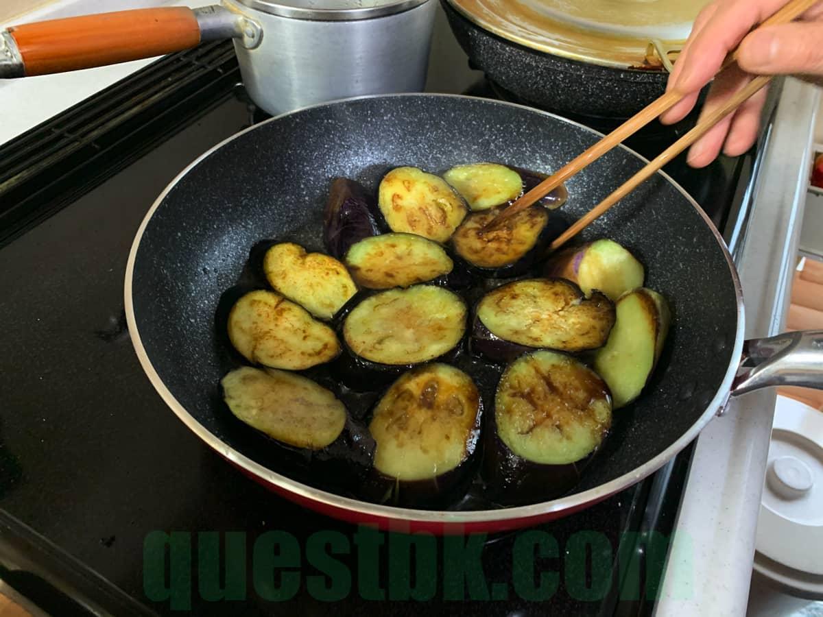 醤油を入れたら、菜箸で軽く炒める